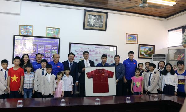 Lãnh đạo VFF, BHL ĐTQG Việt Nam thăm và giao lưu với các trẻ em làng SOS