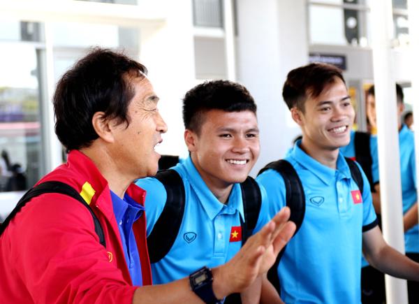 ĐT Việt Nam đã có mặt tại Vientiane, hướng tới mục tiêu 3 điểm trong ra quân tại AFF Suzuki Cup 2018