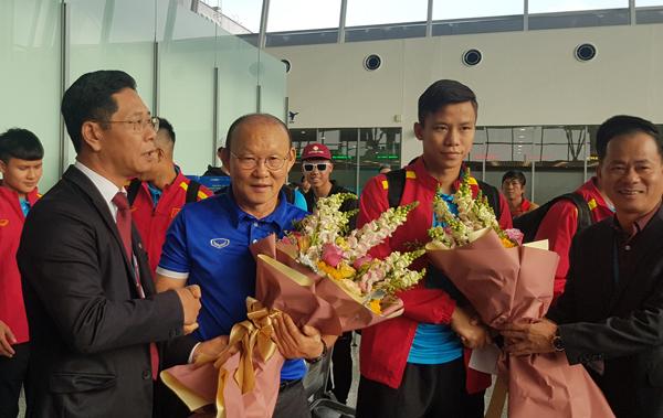ĐT Việt Nam đặt chân tới Qatar sau hơn 10 giờ di chuyển
