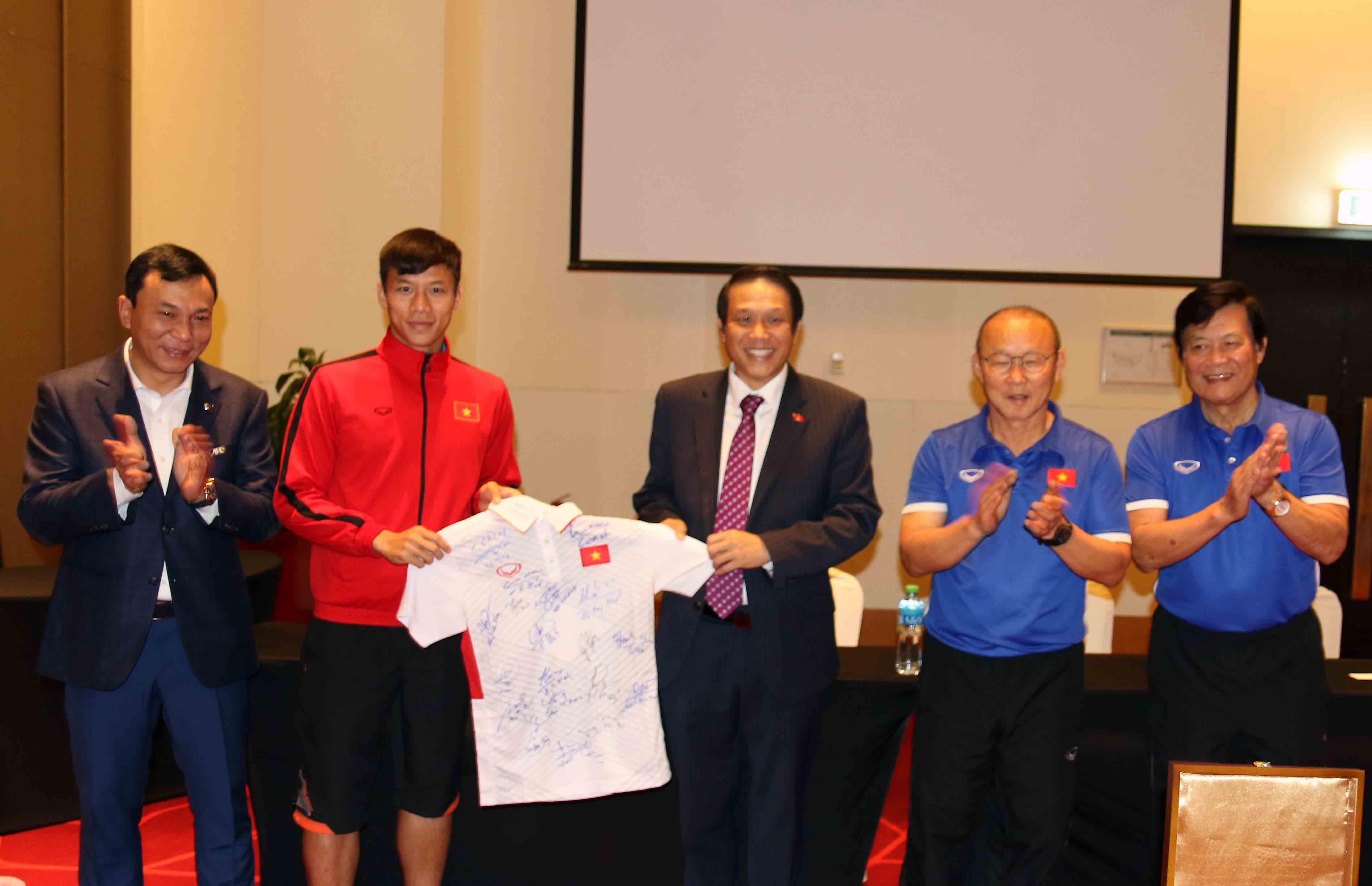 Đại sứ Việt Nam tại UAE tới thăm, khích lệ tinh thần thầy trò HLV Park Hang-seo