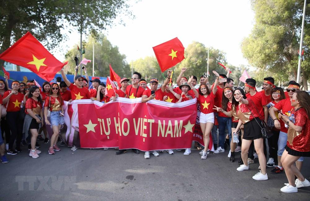 Cổ động viên 'nhuộm đỏ' Abu Dhabi trước trận Việt Nam - Iraq