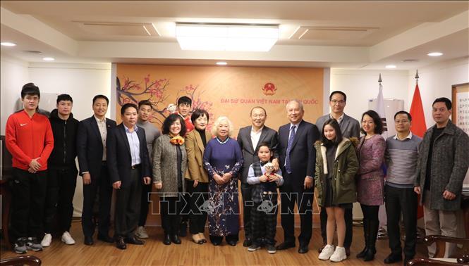 HLV Park Hang-seo và 4 tuyển thủ thăm Đại sứ quán Việt Nam tại Hàn Quốc
