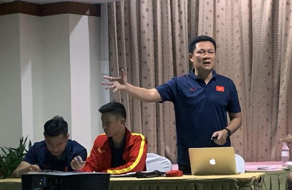 HLV Nguyễn Quốc Tuấn khích lệ tinh thần các học trò trước trận ra quân