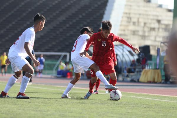 Cầu thủ U22 Việt Nam tìm cách vượt khó khăn từ sân cỏ nhân tạo