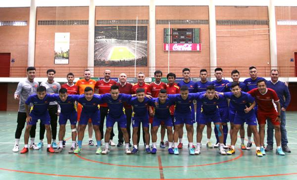 ĐT Futsal Việt Nam hứng khởi bước vào buổi tập đầu tiên tại Tây Ban Nha