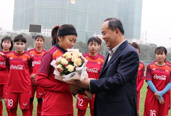 Chủ tịch LĐBĐVN Lê Khánh Hải thăm và động viên ĐT nữ Quốc gia