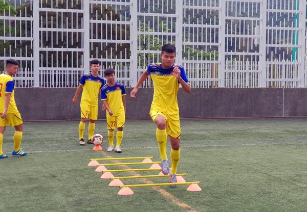 U18 Việt Nam tập làm quen sân Po Kong, sẵn sàng cho trận ra quân gặp U18 Singapore