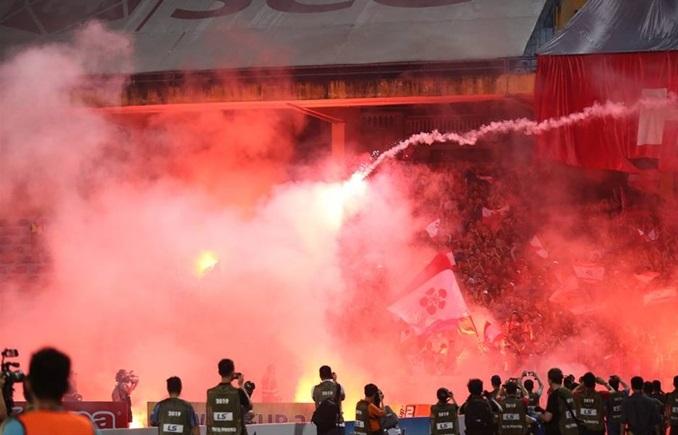 Bộ VH-TT-DL đề nghị UBND các tỉnh, thành phố xử lý nghiêm hành vi đốt pháo sáng tại các trận đấu bóng đá