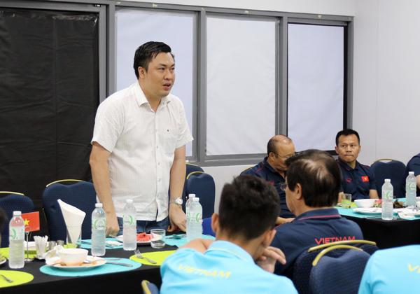 Phó chủ tịch VFF Cao Văn Chóng gặp gỡ và động viên ĐT Việt Nam