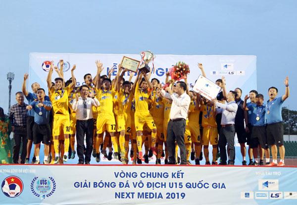 Hạ Thanh Hóa trong loạt sút luân lưu, SLNA bảo vệ thành công ngôi vô địch giải bóng đá  U15 Quốc gia - Next Media 2019