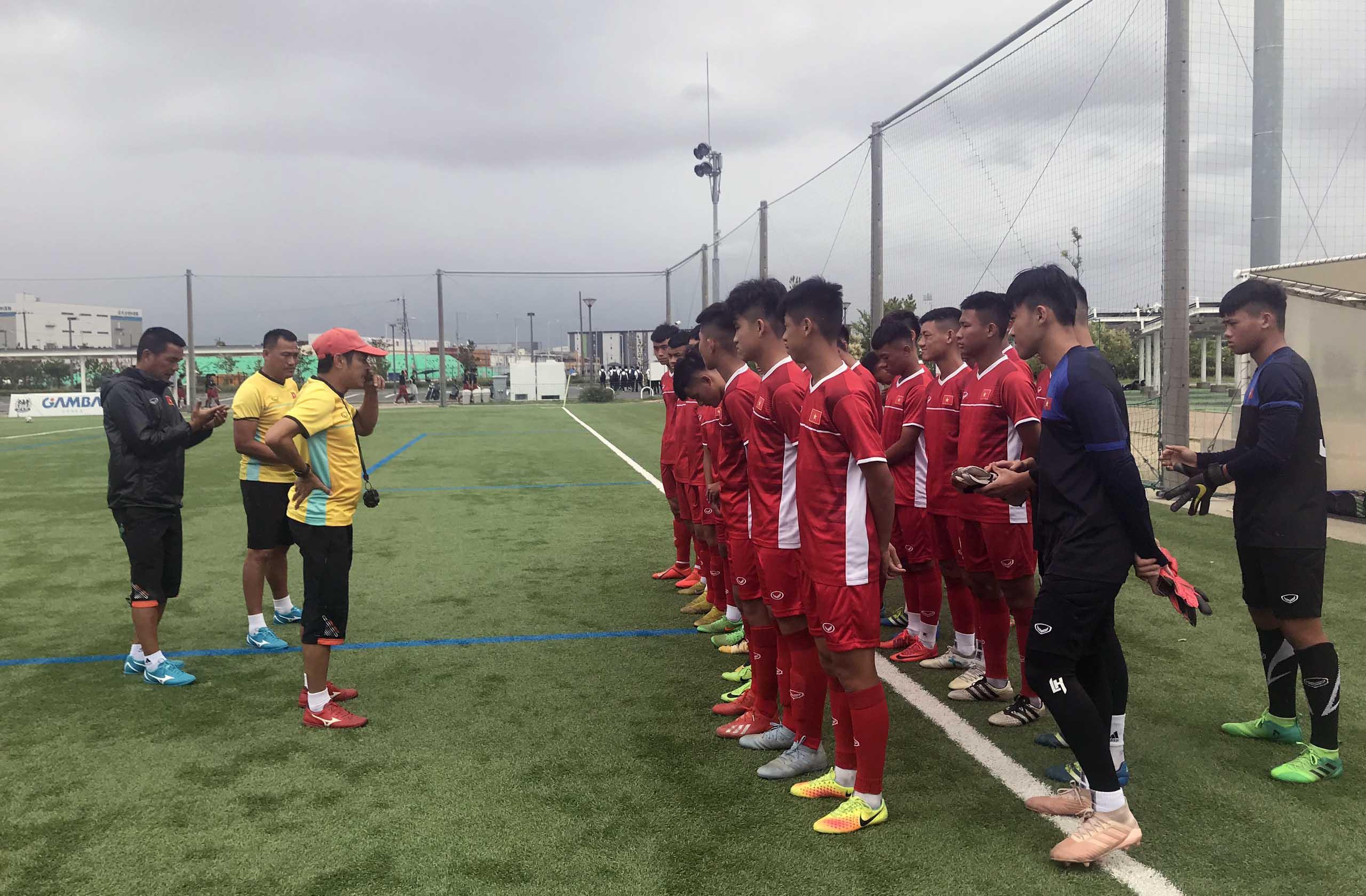 Các cầu thủ ĐT U15 Việt Nam hứng khởi bước vào buổi tập đầu tiên tại J-Green Sakai