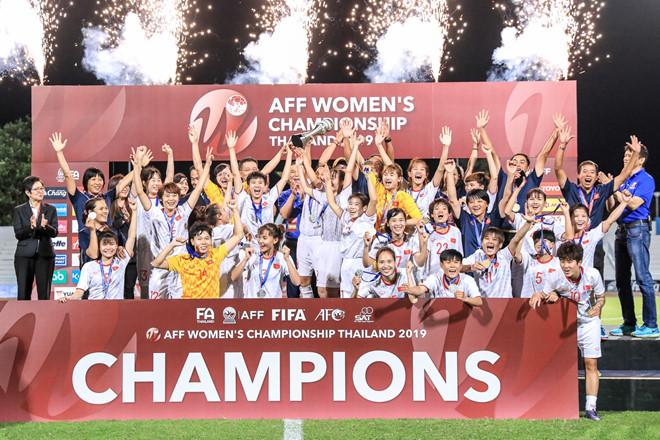 Thủ tướng Nguyễn Xuân Phúc chúc mừng chức vô địch Đông Nam Á của đội tuyển bóng đá nữ Việt Nam