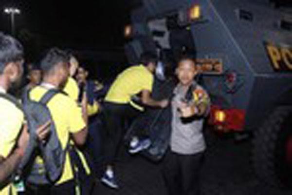 Cổ động viên Indonesia làm loạn, cầu thủ Malaysia rời