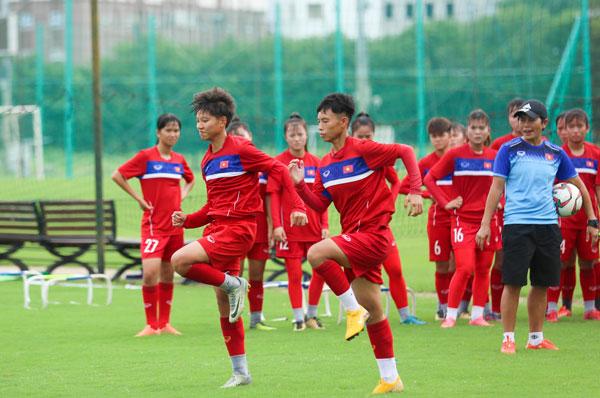 [Chùm ảnh] Đội tuyển U16 nữ Việt Nam hứng khởi trên sân tập trước ngày đi thi đấu