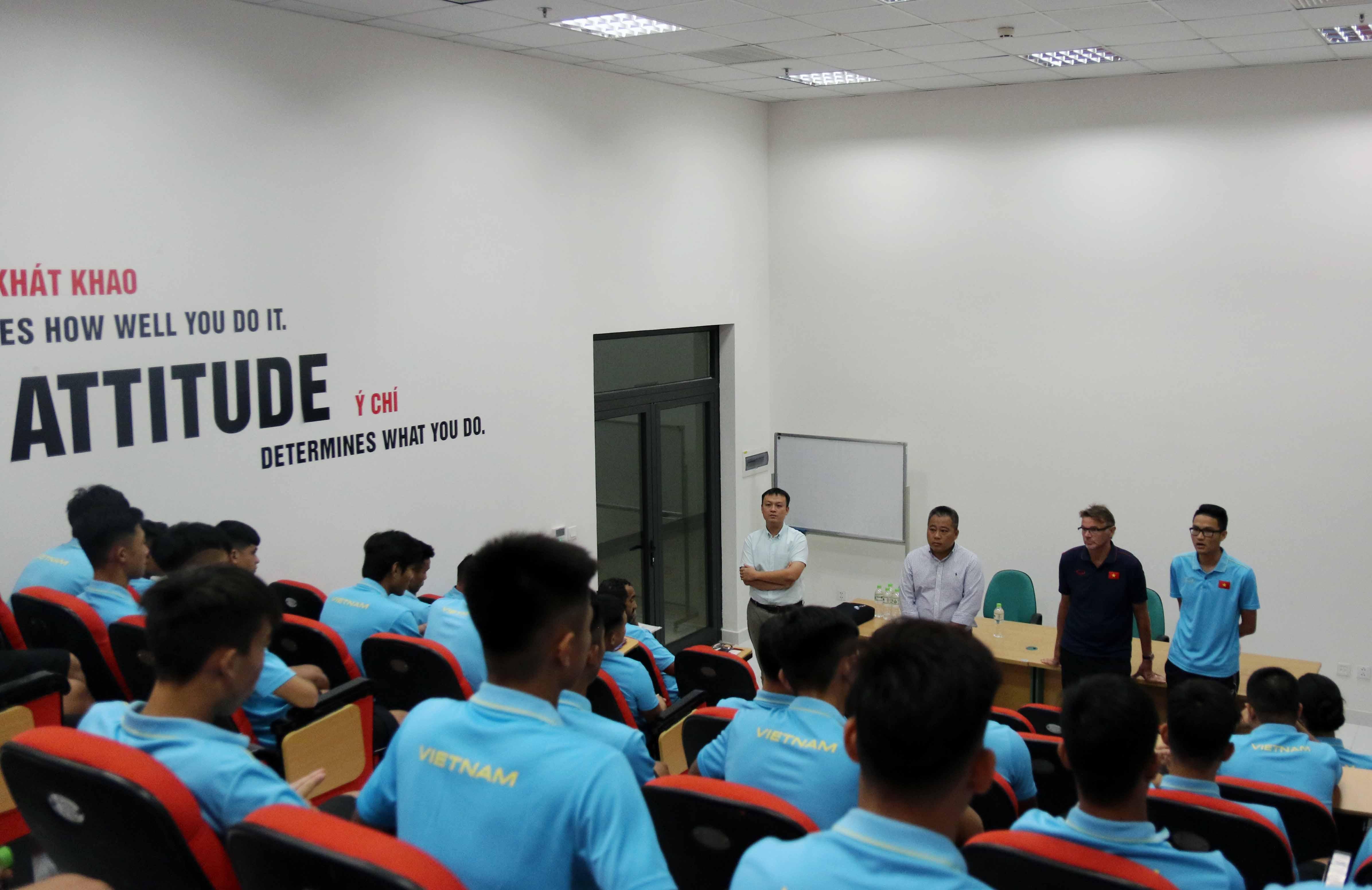 Lãnh đạo VFF thăm ĐT U19 Việt Nam và làm việc với BHL