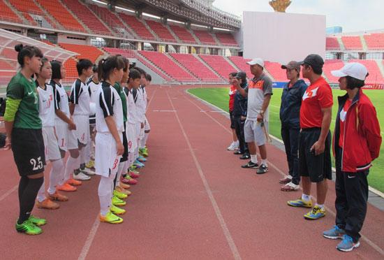 Giải BĐ U19 nữ Đông Nam Á 2014 (17/8): Tuyển Việt Nam có buổi làm quen sân chính Rajamangala